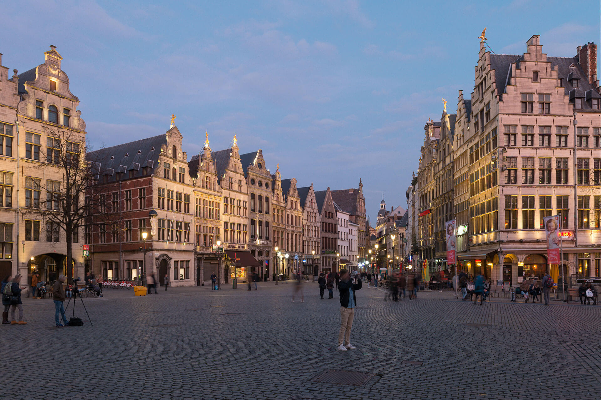 Schréder floodlights illuminate Grote Markt in Antwerp, creating a warm nocturnal ambiance