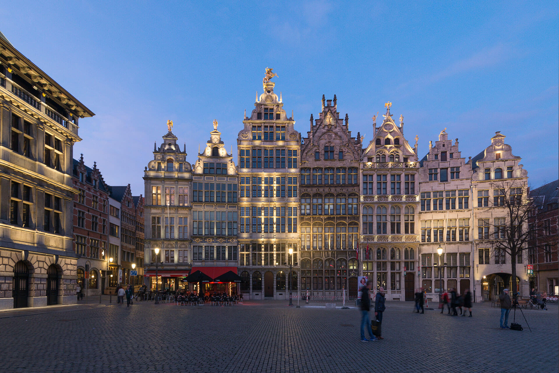 SCULPline floodlights bathe the façades of Grote Markt with a warm white light