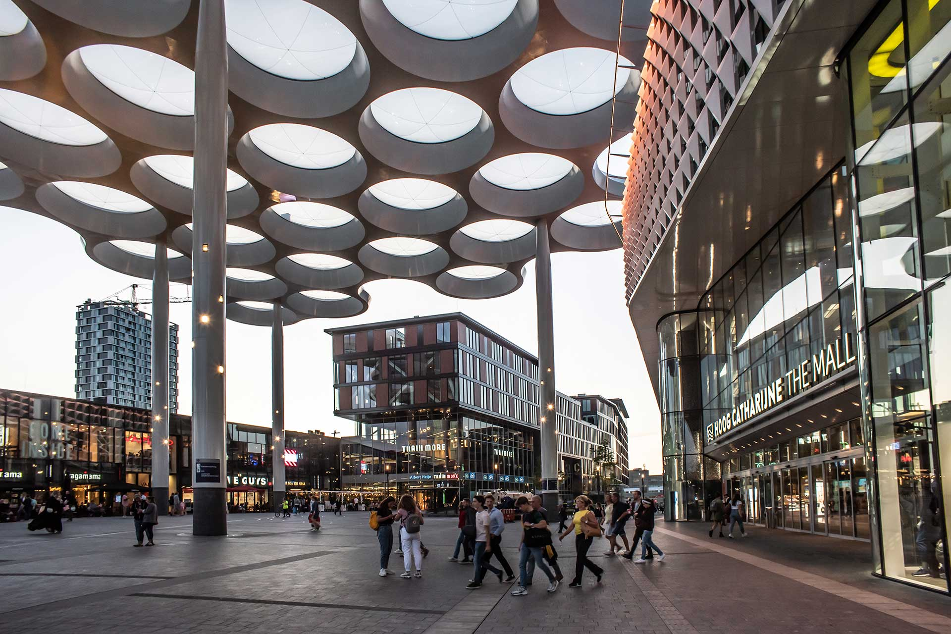 Customised luminaires turn this striking architectural feature into an attraction of its own to the delight of passengers at Utrecht Central Station