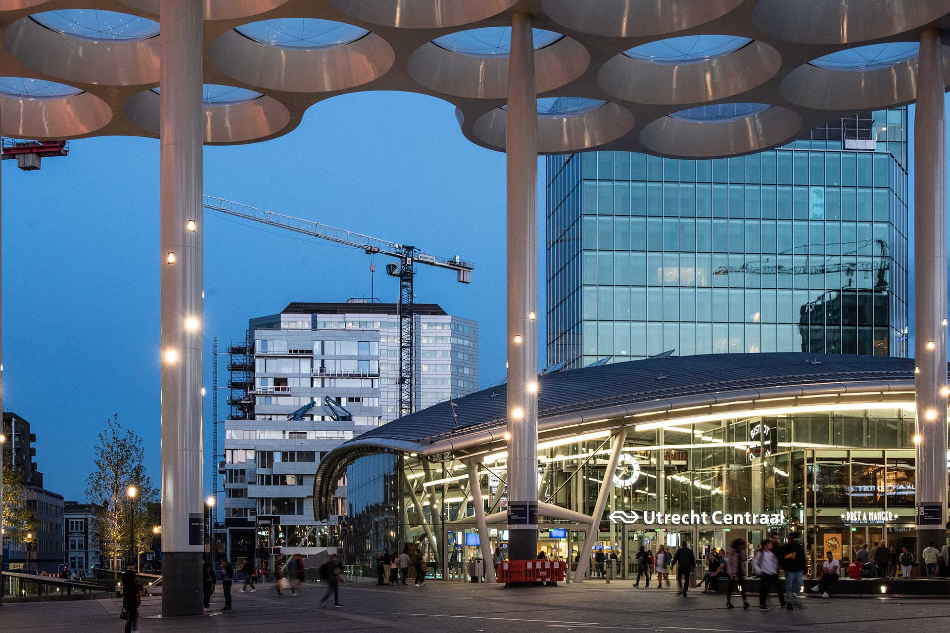 Sustainable lighting solution encourages commuters to spend more time outside Utrecht Central Station, boosting local business