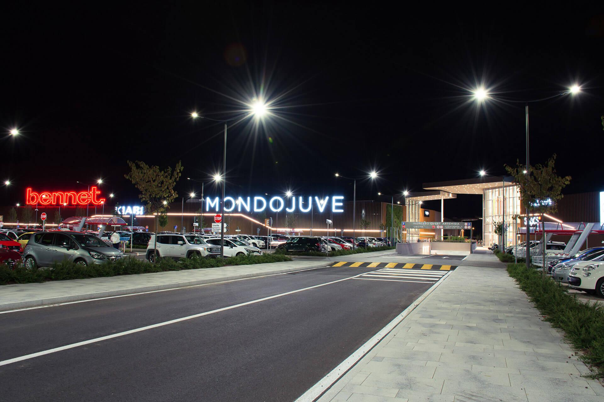 Axia urban luminaire guarantees safety and comfort for all users in the car park of Mondojuve shopping centre