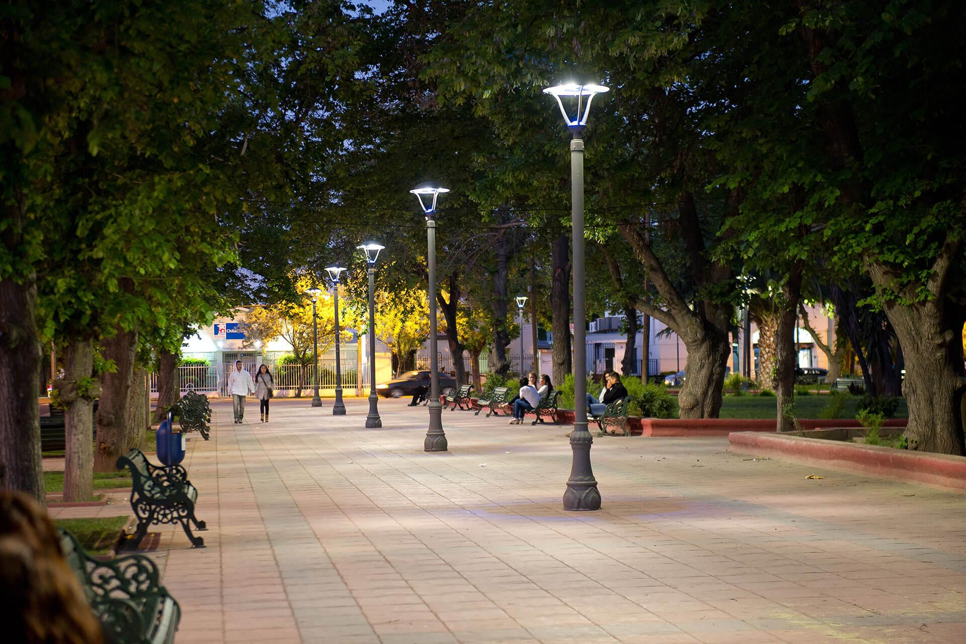 Isla LED revives this town square by creating an attractive nocturnal space