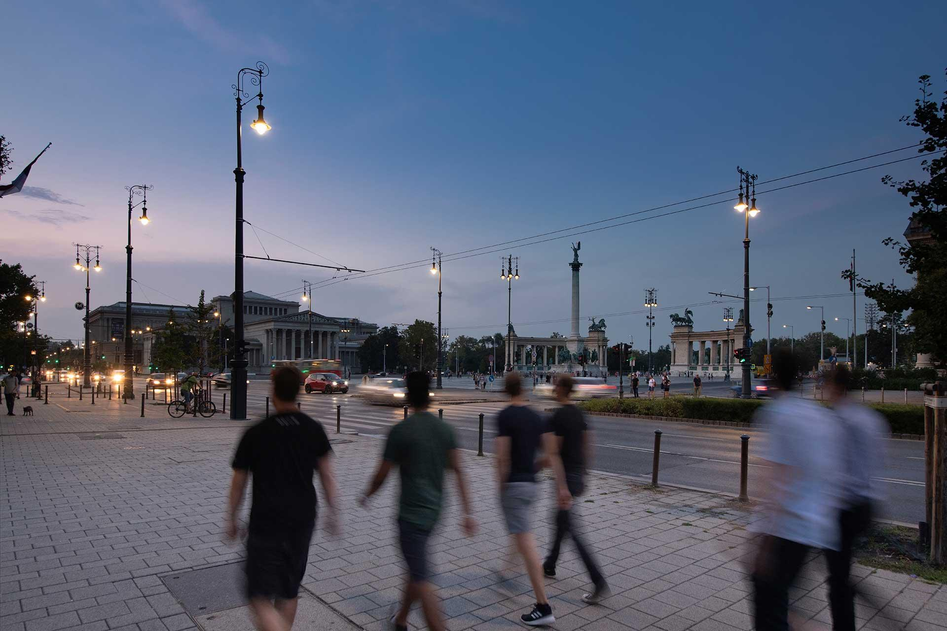 The kandelabra lanterns created by Schréder provide a gentle white light to ensure safety and comfort around Hero Square, one of Budapest's most popular tourist spots